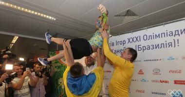 Военный оркестр, шампанское и каравай: Как встречали Верняева в Украине