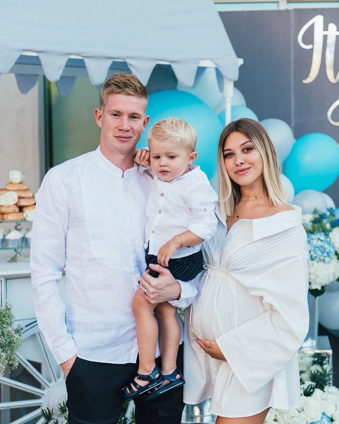 Кевин Де Брюйне с беременной женой и сыном