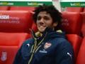 Полузащитник Арсенала подарил футболку детям из Египта