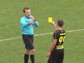 Игрок Руха показал судье желтую карточку