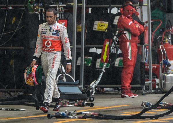 Хэмилтон опустив голову завершает карьеру в McLaren