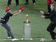 Красная шапочка. Футбольный террорист-стрикер пытается наложить лапу на почетный трофей