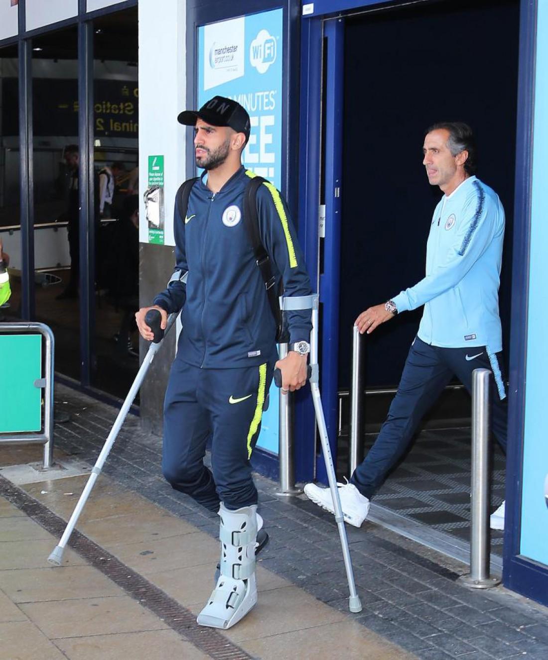 Рияд Марез прибыл в Манчестер на костылях