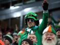 Ирландские фанаты приветствовали посетителей Victoria's Secret и одобряли их покупки
