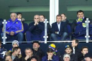 В первом ряду VIP-ложи: Стороженко, Ярославский и Абрамович