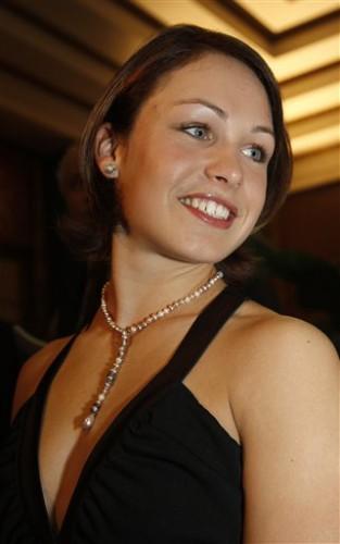 А это уже экс-биатлонистка Магдалена Нойнер