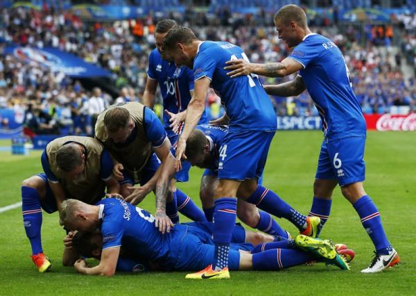 Исландцы празднуют победный гол в ворота Австрии