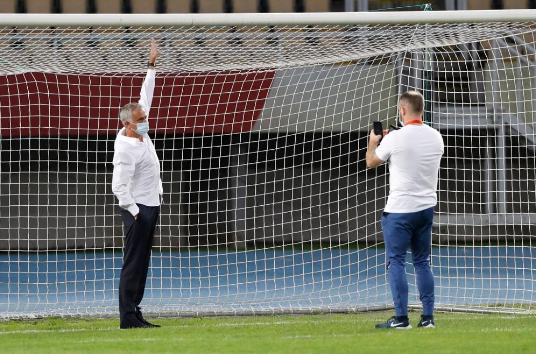 Жозе Моуринью измеряет ворота на стадионе