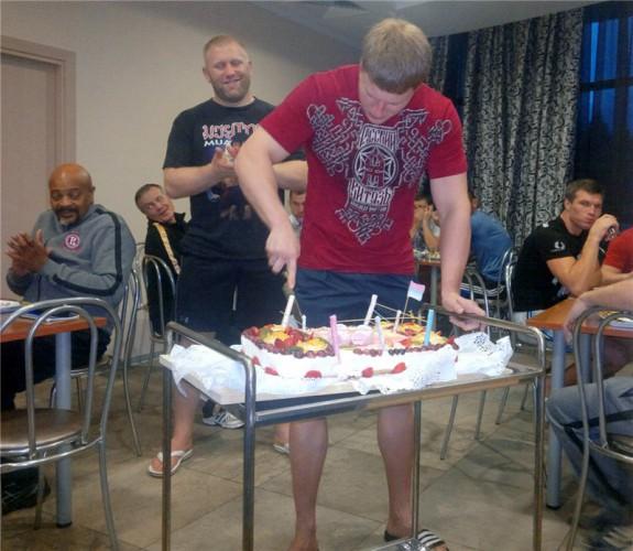 Александр Поветкин разрезает праздничный торт