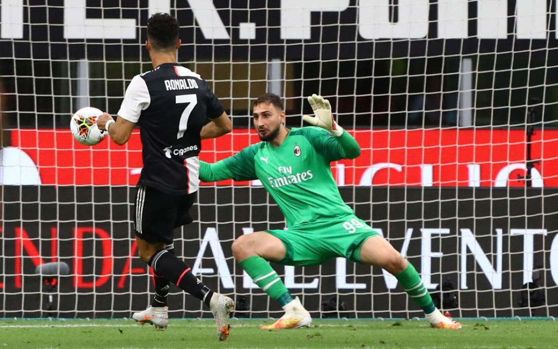 Криштиану Роналду отправляет мяч в ворота Милана