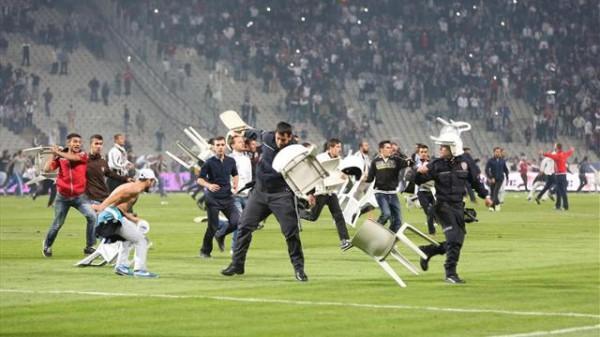 Турецкие фанаты устроили драку с полицией прямо на поле