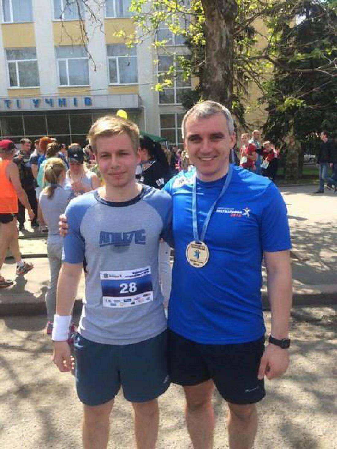 Мэр города Николаев с одним из бегунов