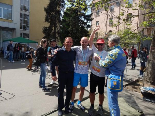 Александр Авербух (крайний слева) с участниками полумарафона