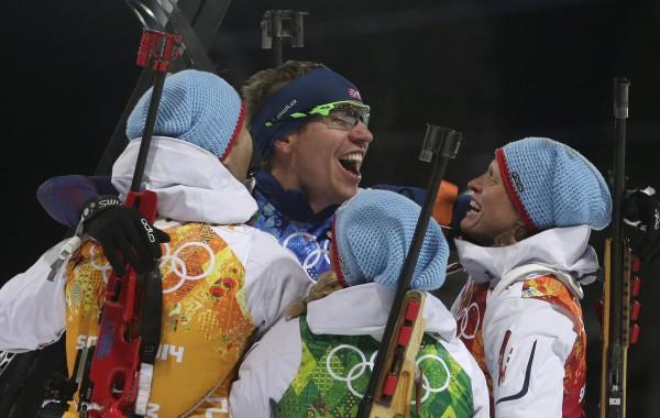 Норвежские биатлонисты радуются победе