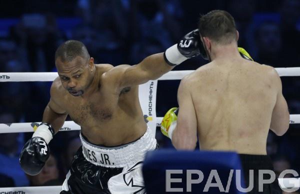 Рой Джонс (справа) планирует провести бой с 52-летним боксером