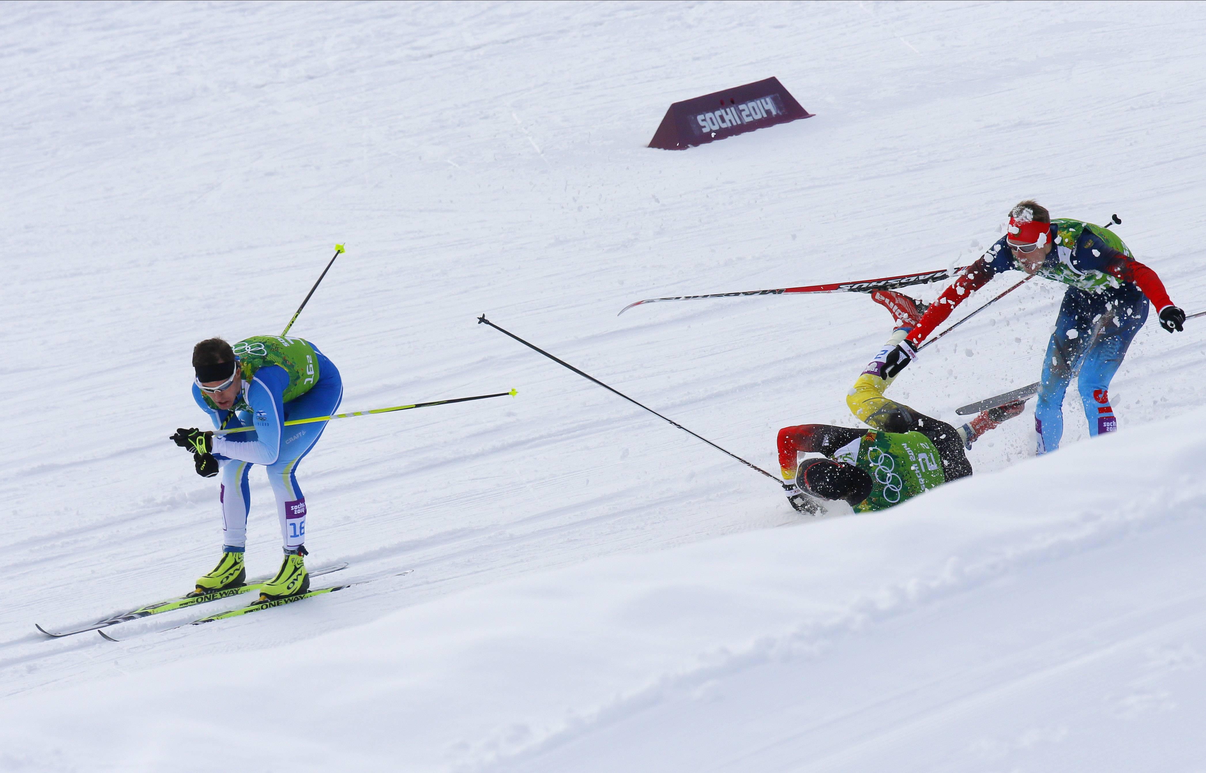 Падение немецкого лыжника Тима Чарнке во время командного спринта