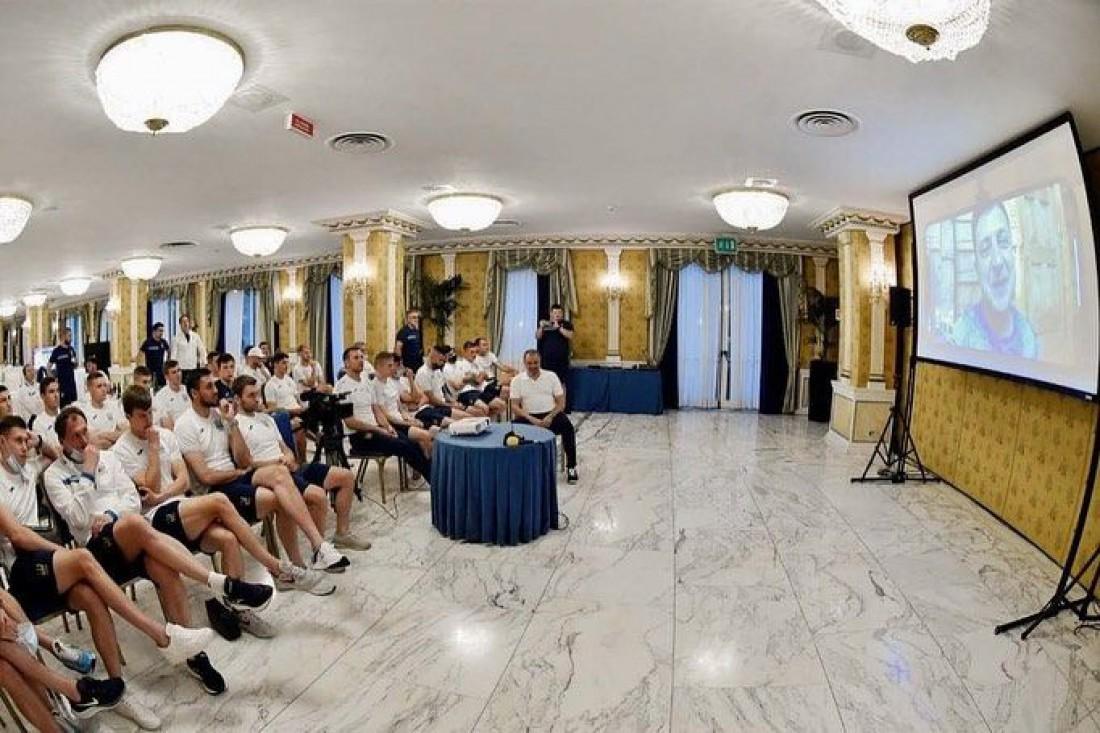 Владимир Зеленский общается с футболистами сборной Украины