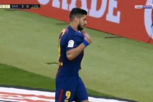 Луис Суарес промазал по воротам и разорвал на себе футболку от негодования