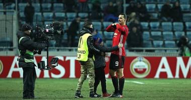 Ибрагимович подарил футболку мальчику, выбежавшему на поле