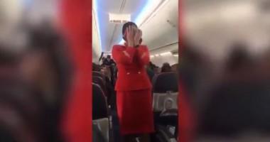 Гибралтарские футболисты подшучивали над стюардессой, объясняющей правила безопасности