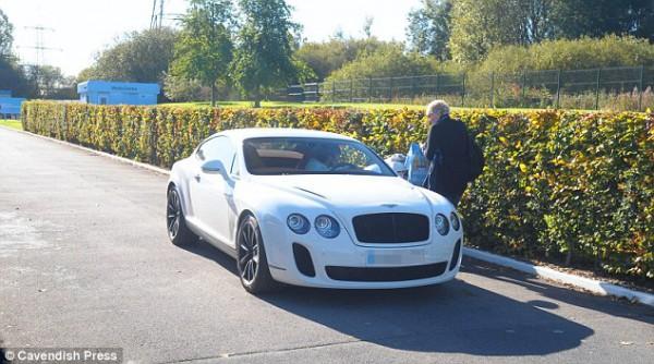 Давид Силва из МанСити за рулем белого Bentley Continental