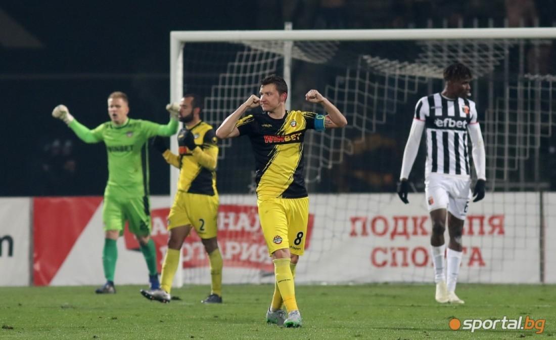 Тодор Неделев (в центре) забил эффектный гол с центра поля