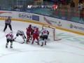 Хоккеист забивает гол головой