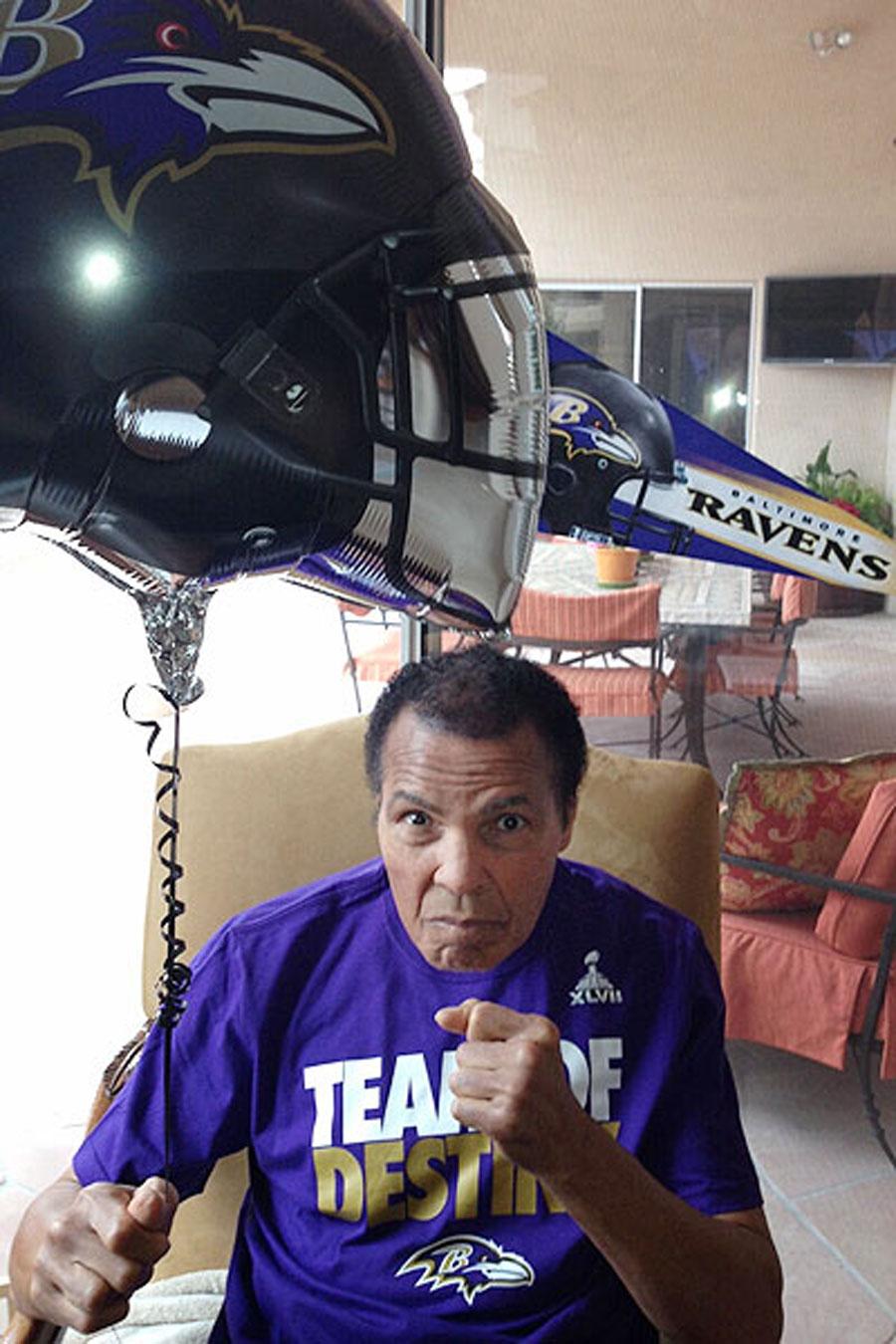 Мухаммед Али болеет в супер-финале NFL за Baltimore Ravens