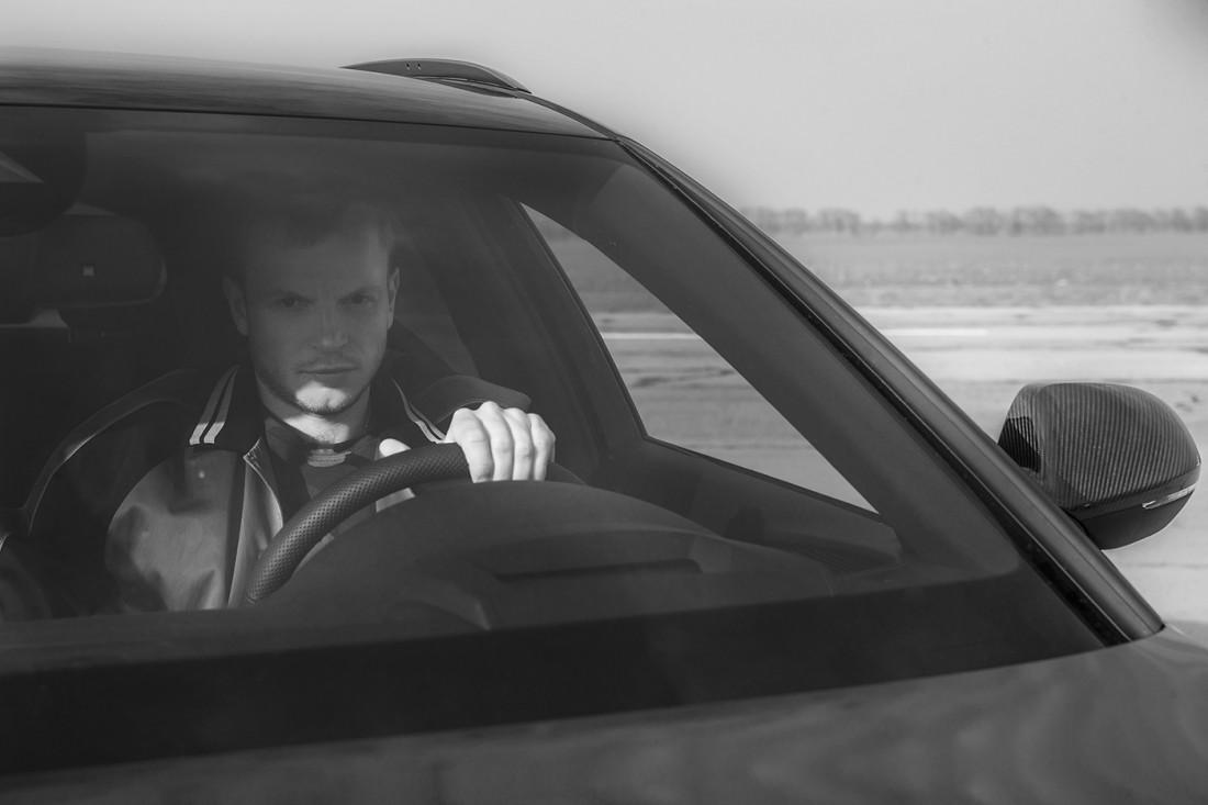 Олег Гусев за рулем новенького спорткара