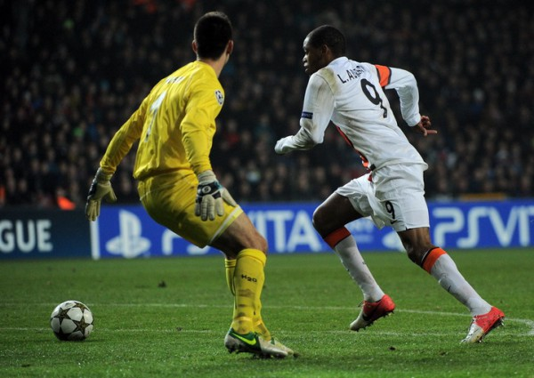 Самый скандальный момент матча - Луис Адриано забивает первый гол