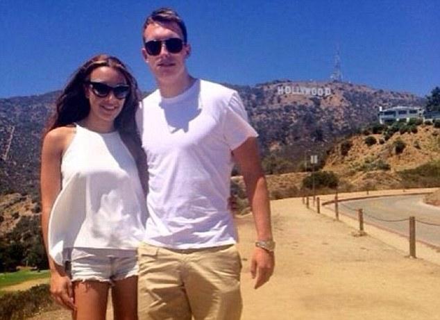 Фил Джонс со своей девушкой на фоне надписи Hollywood