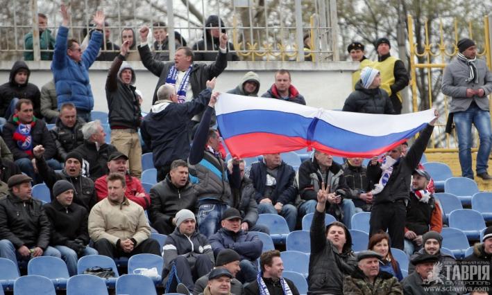 Болельщики на матч Таврия - Днепр принесли российские флаги