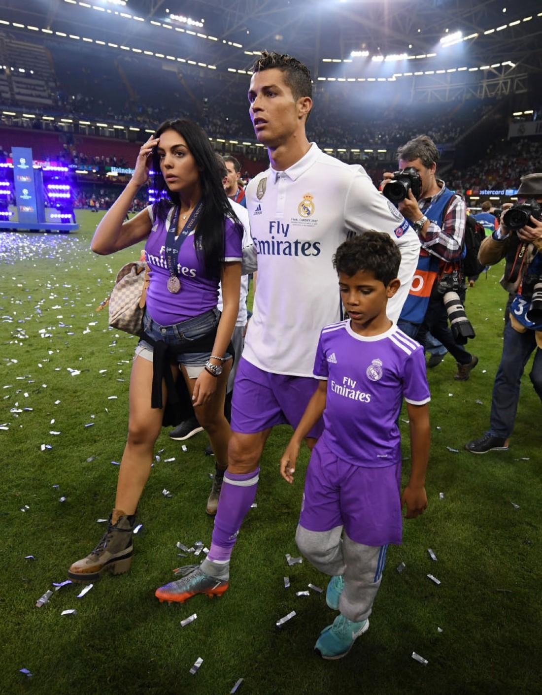 Роналду с девушкой и сыном
