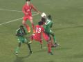 Корейский футболист чуть не убился о плечо соперника