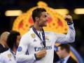Оторвал от сердца: Роналду подарил свою медаль девушке