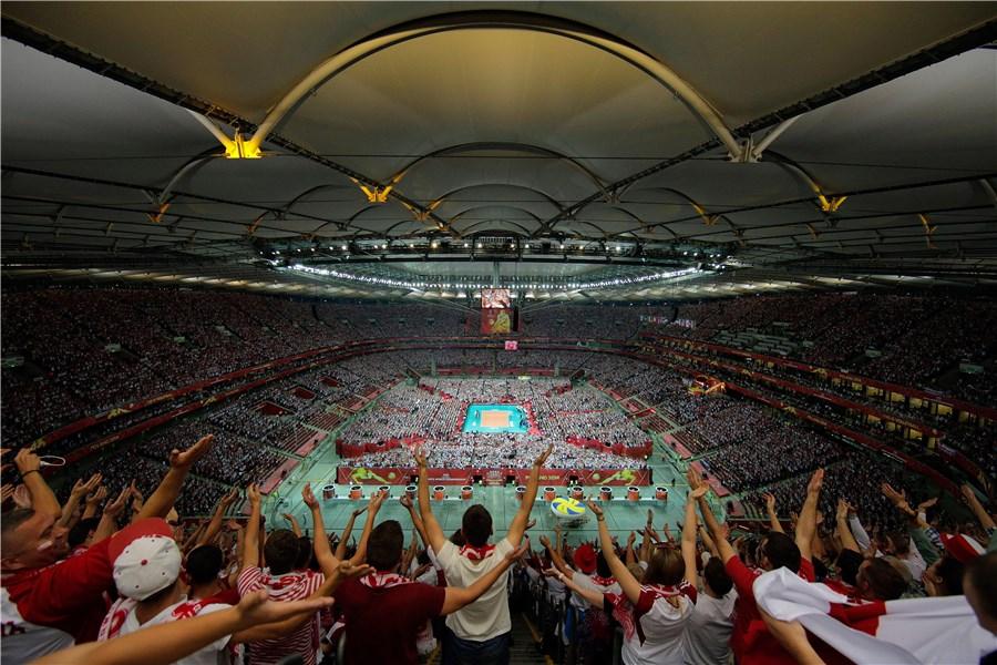 Болельщики на стадионе смотрят волейбол