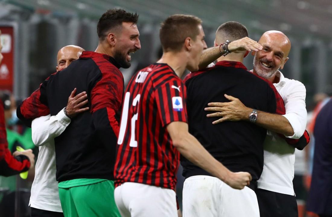 Стефано Пиоли поздравляет игроков с победой