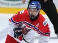 Нападающий молодежной сборной Чехии по хоккею дал автограф, сидя на скамье штрафников