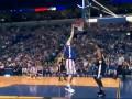 Баскетболист исполняет слэм-данк не совершая прыжок