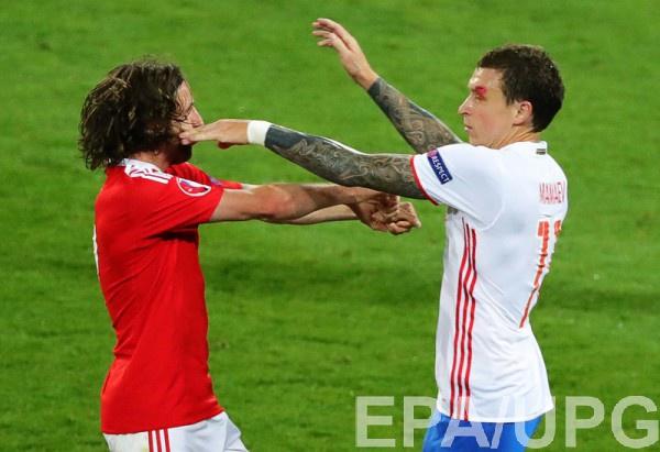 Павел Мамаев с рассеченной бровью в матче против Уэльса