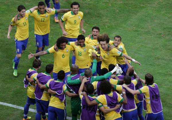 Бразилия празднует гол Паулиньо