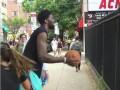 Эмбиид забросил мяч через забор на улице Филадельфии