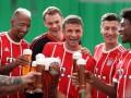 Игроки Баварии весело поздравили своего партнера с днем рождения