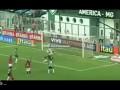 Роналдиньо забивает гол, но трижды бьет со штрафных в штанги