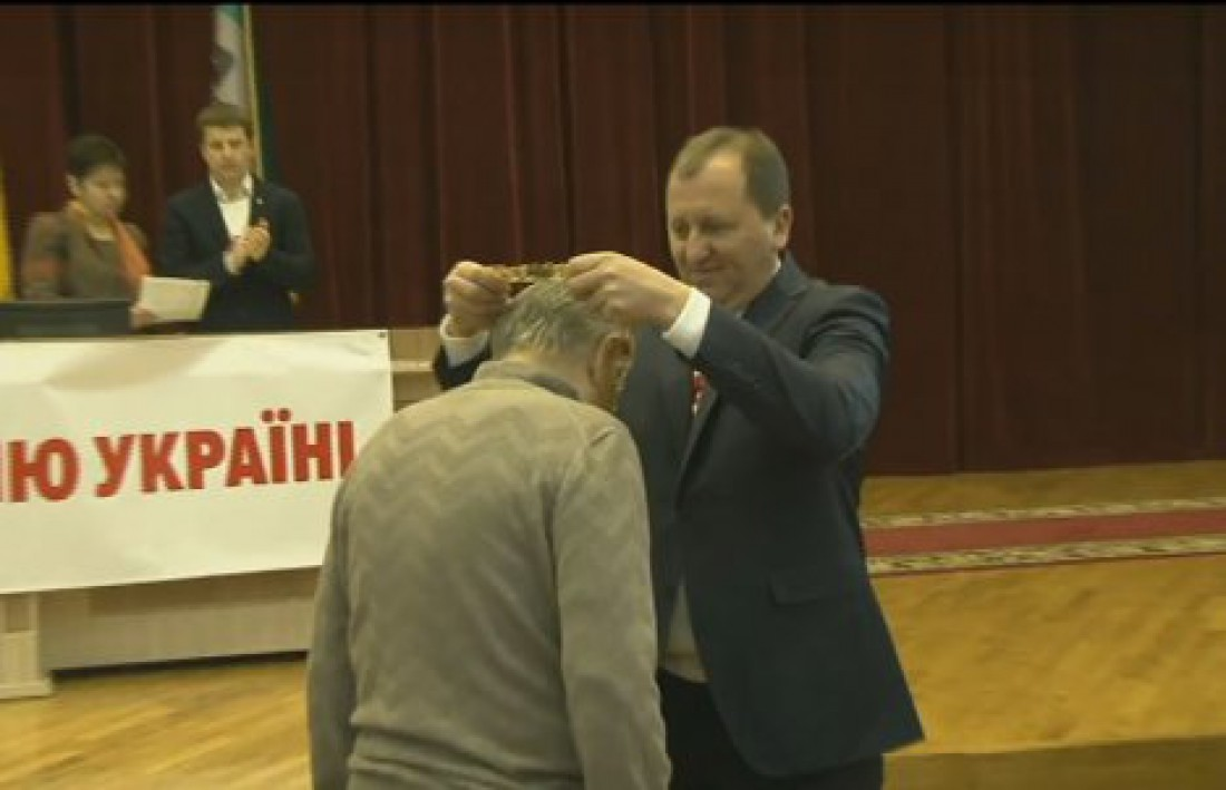 Мэр Сум вручил Михаилу Фоменко коллар почетного гражданина города