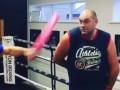 Фьюри показал, как умеет бегать по рингу в трусах и уворачиваться от розовых палок