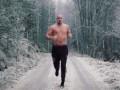 С голым торсом на морозе: Суровая тренировка