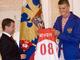 Из рук в руки: Андрей Кириленко вручает Дмитрию Медведеву памятный сувенир