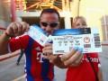 Болельщик потерял 127 билетов на матч Лиги чемпионов, забыв их на крыше своего авто