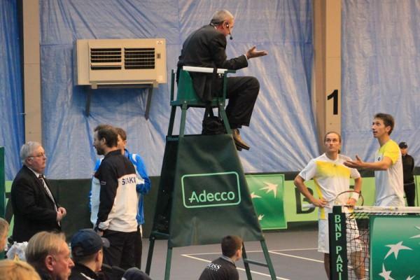 Наши теннисисты объясняются с судьей
